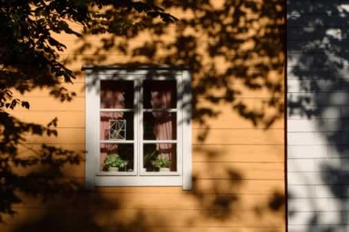 Casement Windows and Clapboard Evoke a Country Feeling in an Urban Row House